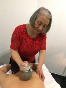 Ayi geeft een eiwit-zilverbal behandeling